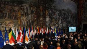 Jean-Claude Juncker, Antonio Tajani, Paolo Gentiloni, Donald Tusk och Joseph Muscat står inför de andra EU-ledarna i Capitolium i Rom. Ledarna firar 60 år sedan Romfördraget undertecknades.