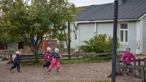 barn som leker