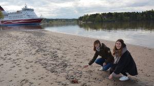 Jenny Gustafsson och Lydia Siikasmaa på stranden vid Runsala folkpark.