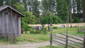 En grupp mänskor på gården vid Korteniemi skogsvaktargård.
