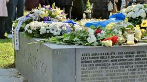 Blommor och ljus på minnesmärket Bruten linje på 25-årsdagen av Estoniakatastrofen.