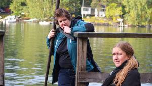 Rita Leppiniemi och Anu Miettinen ser fundersamma ut på båtbryggan på Vårdö.