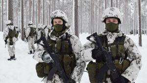 Rekryterna Oskar Grönroos och John Heinonen på övning i Galoppskogen i Raseborg.