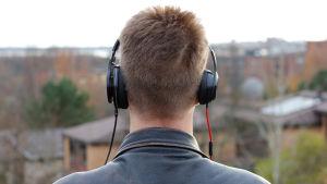 Nuori mies kuulokkeet päässä. Kuvamanipulaatio.