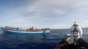 Den italienska kustbevakningens räddningsoperation på Medelhavet den 2 maj 2015.