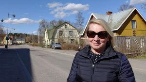 Tuula Ojaluoma vill gärna bevara de gamla trähusen på Stora byvägen i Nickby.