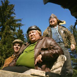 Siunattu hulluus: Elmeri Rummukainen (Martti Kuosmanen), Ana Rummukainen (Mikko Nousiainen) ja Vilippus Rummukainen (Toivo Tuomainen) kuvattu alaviistosta.