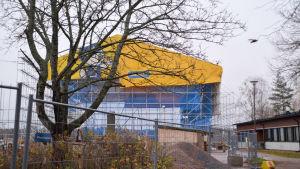 ett stort blågult tält över byggplats