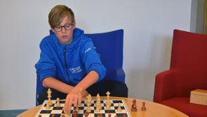 Viktor Kulmala spelar schack.