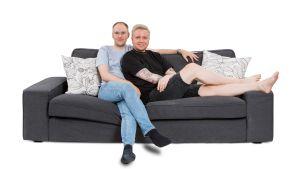Perttu ja Jarno istuvat vierekkäin sohvalla.