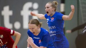 Dickens Linnea Aula och Jessica Gammals firar ett mål under den tredje handbolsfinalen våren 2019.