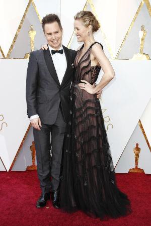 Sam Rockwell och Leslie Bibb på röda mattan inför Oscarsgalan 2018.