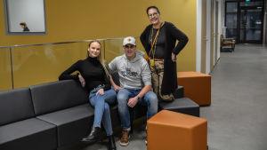 Studeranden Jenny Sjölund, Rufus Lönn och vd Sari Gustafsson