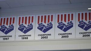 Mästerskapsvimplarna pryder hallen i Karis.