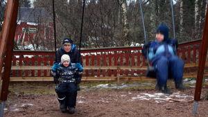 Carita Karlsson jobbar på Ebbo daghem och gungar med barnen