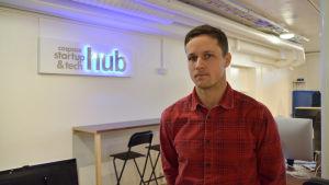 bakom joakim syns en skylt med texten cospace startup & tech hub