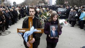 Sorgeprocession för den mördade kosovoserbiska politikern Oliver Ivanovic i Mitrovica.