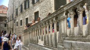 Turister fyller gränderna mellan ringmurens olika väggar i Dubrovniks Gamla stad.