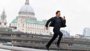 Ethan Hunt (Tom Cruise) springer på ett hustak.
