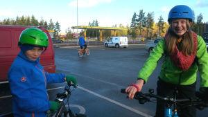 Hannes Ulfvens och Janna Siegfrieds med sina cyklar