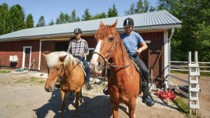 Andre Norrgård och Kyösti Linna på varsin häst.