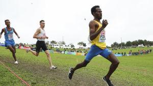 Robel Fsiha löper framför konkurrenter.