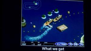 En datorbild av ett spel där en båt plötsligt har vänt riktning och krockar med ett större fartyg.
