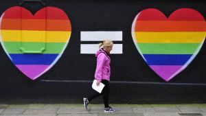 Två regnbågshjärtan på en vägg i Dublin