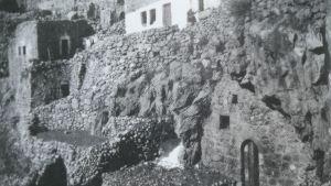 """Husen i byn Artas """"kryper"""" upp för den branta sluttningen. Hilma Granqvist bodde här 1925-31 och 1959."""