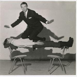 Aimo Leikas utför hypnos i slutet av 1960-talet.