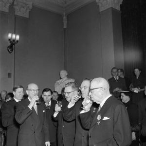 Suomen ja Neuvostoliiton johto nostaa Porkkalan palautusjuhlallisuudessa Moskovassa