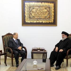 Den förre arméchefen Michel Aoun (tv) har länge samarbetat med den shiamuslimska Hizbollah-ledaren Hassan Nasrallah (th)