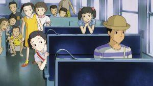 Only yesterday -elokuvan kohtaus junavaunusta. Etuosassa istuu poika, ja kaikki taaempana istuvat kurkkivat nähdäkseen hänet paremmin.