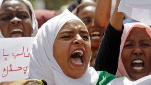 Unga sudanesiska kvinnor har också deltagit i protesterna med kraft. Här under en demonstration i Khartoum den 2 maj.