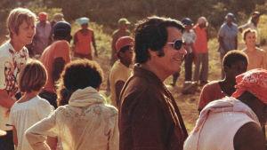 Pastori Jim Jones lahkolaistensa ympäröimänä Jonestownissa vuonna 1978