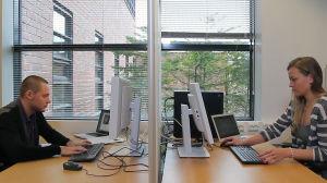 Aalto-yliopiston tutkijat Konstantin Tiurev ja Emmi Ruokokoski simuloivat tietokoneessa.