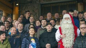 Sirkus Finlandian henkilökunta poseeraa ryhmäkuvaa varten joulupukin kanssa.