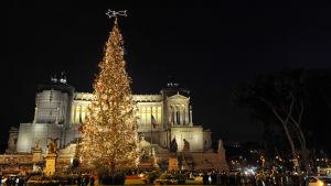 Rooman PIazza Venezia iltavalaistuksessa ja jouluasussa.