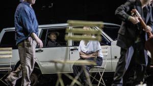 Onkel Vanja-vimmel. Volvobilen, och Katharina Knap skymd bakom en trädgårdsstol.