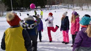 Eleverna spelar med en rosa boll.
