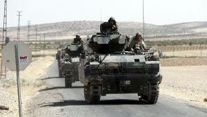 Minst sex turkiska stridsvagnar rullade över gränsen mot staden Jarablus på lördagen