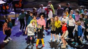 elever från åshöjdens skola uppträdde på svenska kulturfondens storsatsning spegling - 100 år av finlnadssvensk musik