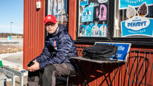 Niklas Mattsson vid gästhamnen i Lovisa.