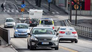 Bilar kör på gata i stan