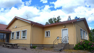 En del av en gul skolbyggnad.