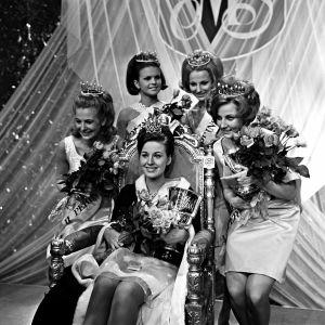 Miss Suomi 1967. Vasemmalta Hedy Rännäri, 2 perintöprinsessa, Sinikka Uotinen, 4 pp, Miss Suomi Ritva Lehto, Terttu-Irmeli Maisala, 1 pp + lehdistön ihannetyttö, Satu Kostiainen, 1 pp.