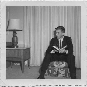 17-vuotias Kari Raivio istuu amerikkalaisessa olohuoneessa 1950-luvun lopussa.