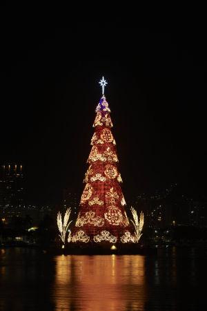 En flytande 53 meter hög julgran i Rio de Janeiro i Brasilien