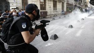Polisen riktade tårgas mot pride-parad i Istanbul.