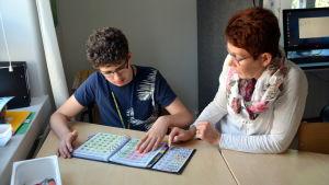 Wiktor Podolyan och Nina Tikander kommunicerar med hjälp av bilder.